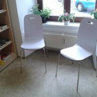 Dvě krásné nové židličky pro čtenáře právě dorazily do knihovny