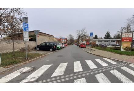 Parkovací pás 3h v ulici Velenická u prodejny TESCO