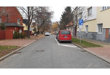 Parkovací pruhy 3h v ulici Velenická u prodejny TESCO