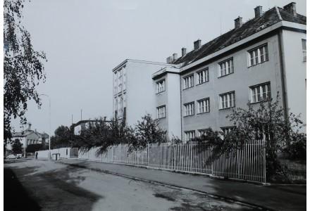 budova školy v 90. letech nova a stara
